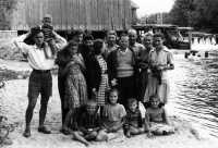 Zdjęcie rodzinne na tle młyna